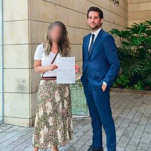 """הדוגמנית לשעבר אתמול בתחנת המשטרה עם עו""""ד בן מעוז"""