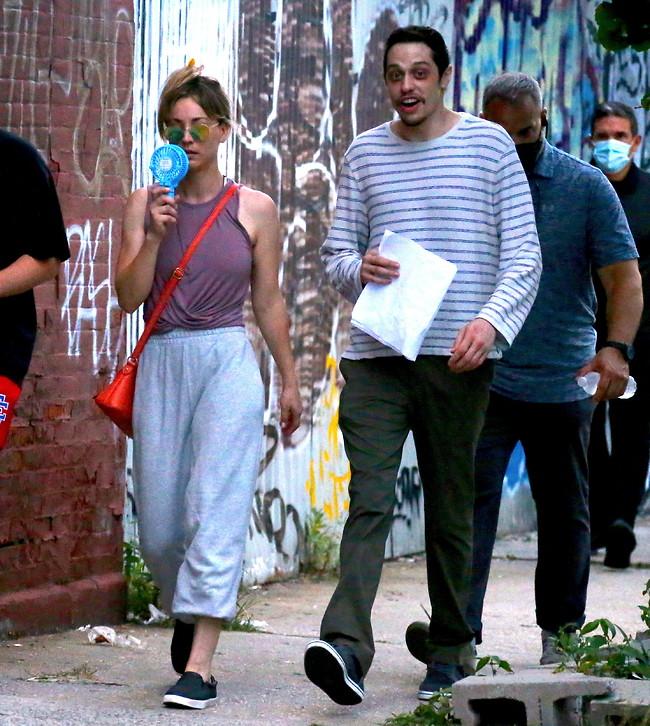 מבלה עם קיילי קווקו במקום עם דינבור. דיווידסון וקווקו בצילומי סרט חדש (צילום: SplashNews)