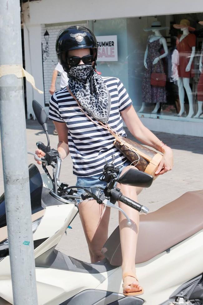 עולה על הקטנוע (צילום: מוטי לבטון)