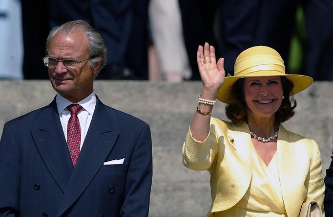 מנופפים. המלכה סילביה והמלך קרל ה-16 (צילום: Gettyimage)