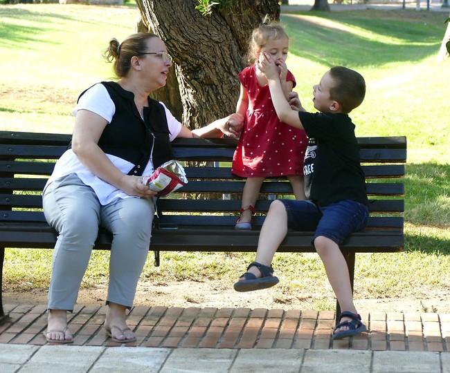 מחכים לאבא. אביטל טקסלר עם הילדים עומר ואורי (צילום: אמיר מאירי)