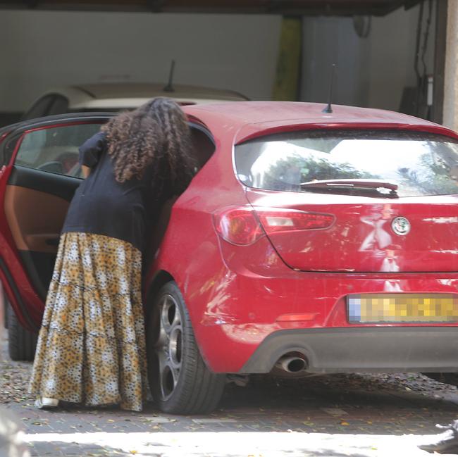 מעמיסה את הרכב (צילום: מוטי לבטון)
