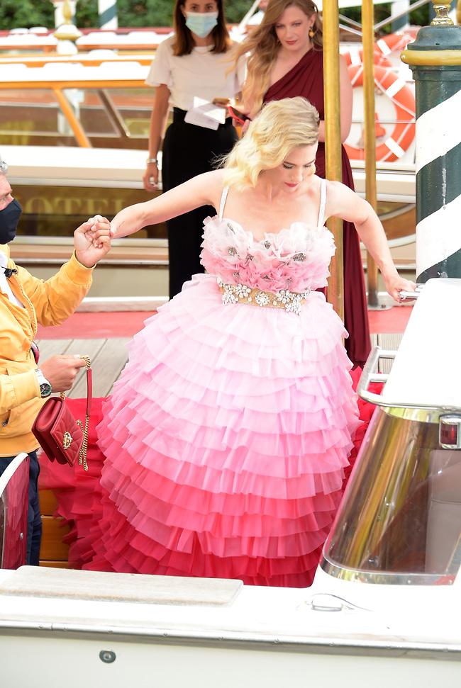 השמלה הזאת לא בנויה לאתגרים מהסוג הזה. ג'נוארי ג'ונס (צילום: SplashNews)