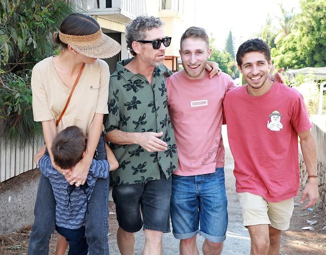 תמונה משפחתית. קפלן עם הבנים ובת הזוג (צילום: דנה קופל)