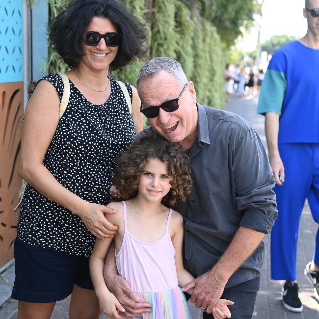 חייכו למצלמה. שלמה בראבא והמשפחה (צילום: יאיר שגיא)