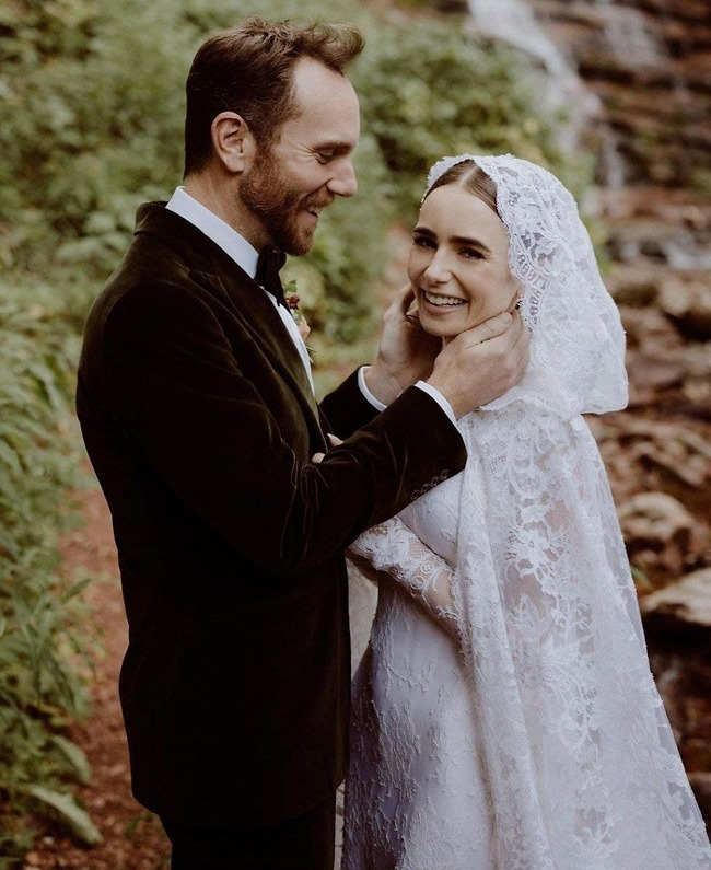 זורחת גם מחוץ לפריז. לילי קולינס ובעלה הטרי, צ'ארלי מקדואל (אינסטגרם)