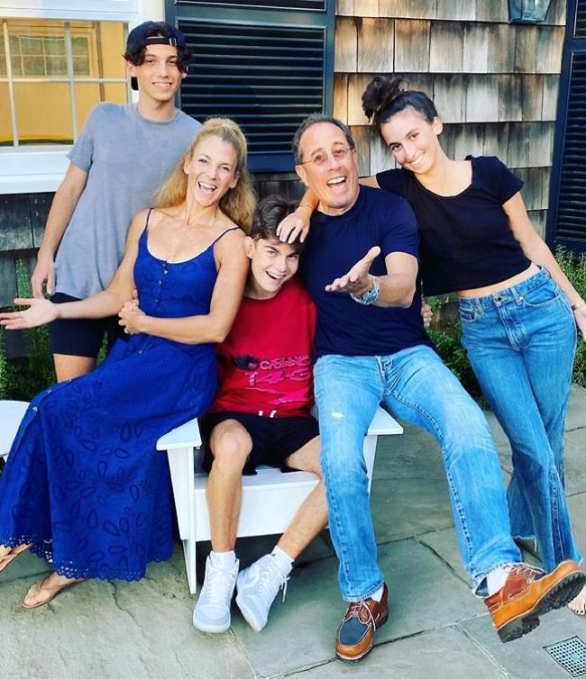 שנה טובה מהסיינפלדים! ג'רי, ג'סיקה, סשה, ג'וליאן ושפרד סיינפלד (צילום: SplashNews)