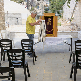 הכנות לתפילות בחוץ בבית כנסת בירושלים | צילום: עמית שאבי