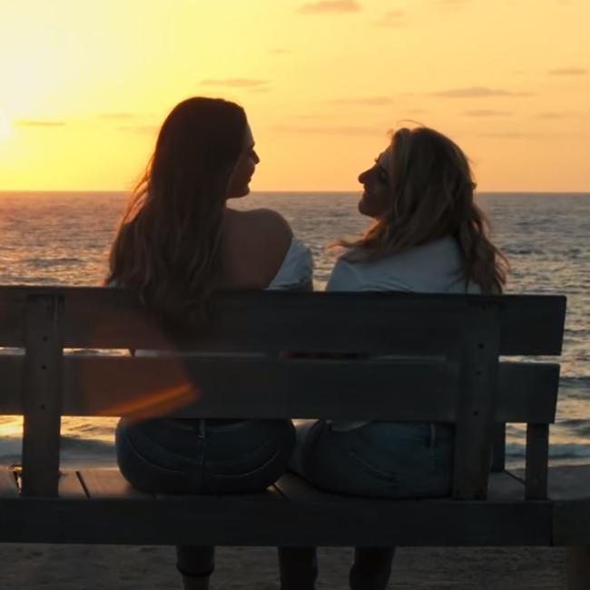 """שרית חדד ותמר יהלומי. מתוך הקליפ """"אהבה כמו שלנו"""" (צילום מסך)"""