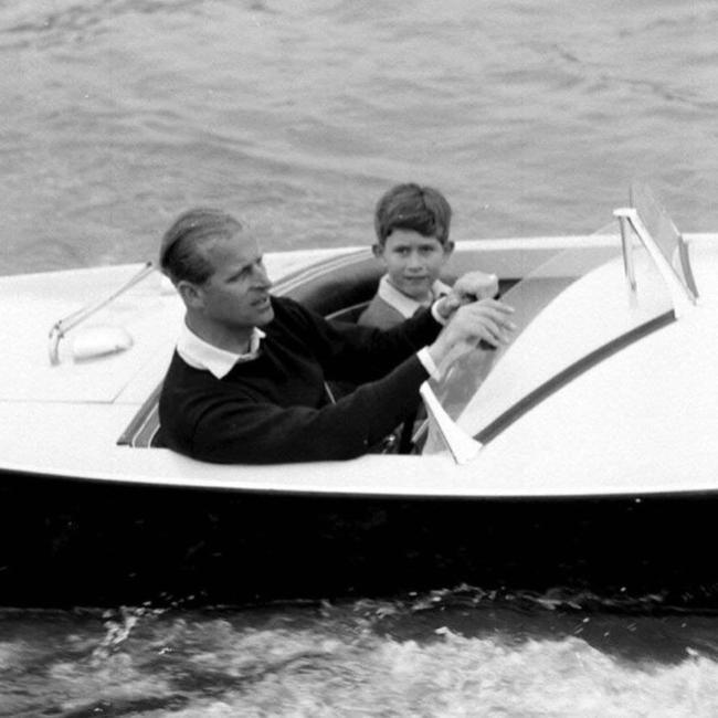 אבא פעיל. הנסיך צ'רלס והנסיך פיליפ (קרדיט: BBC)
