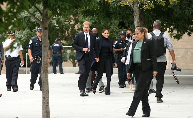 מוקפים באנשי ביטחון (צילום: Splashnews)
