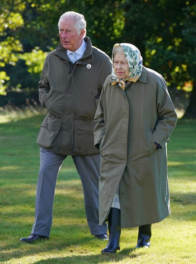 """""""נו אמא, מתי תורי?"""". המלכה אליזבת וצ'רלס (צילום: Gettyimage)"""