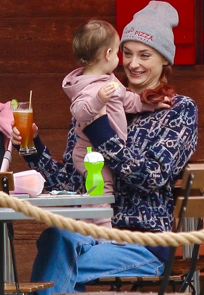 אנחנו נמסים מכן! סופי טרנר ובתה ווילה (צילום: Backgrid)