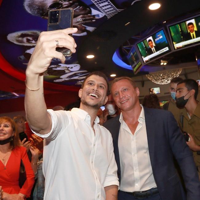 עושה כבוד! עם יואל רוזבוזוב (צילום: ענת מוסברג)