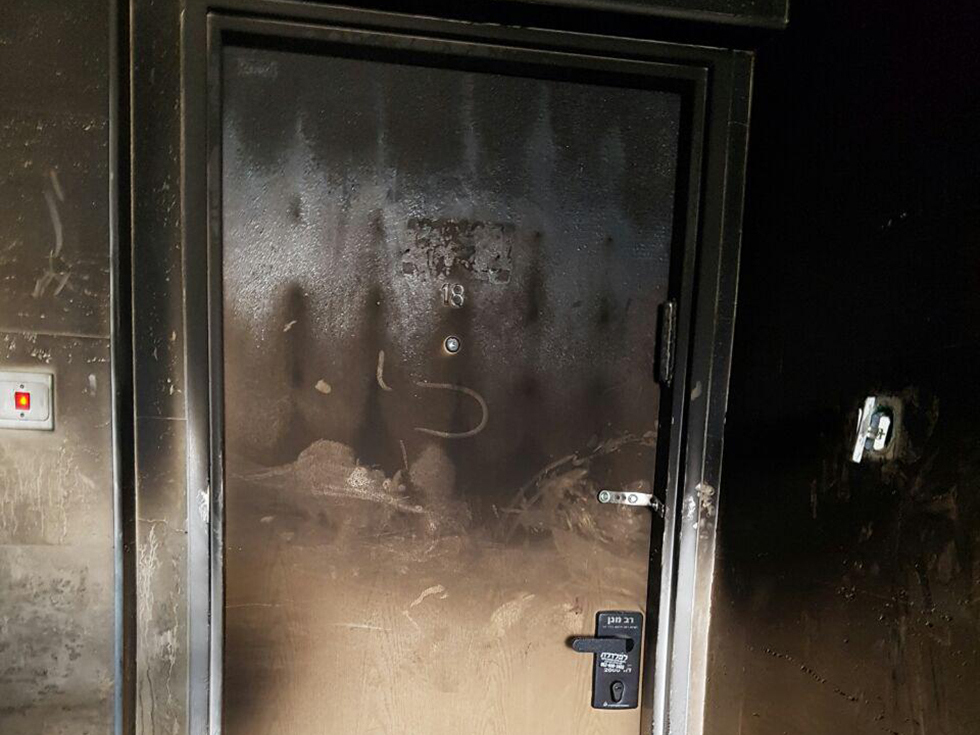 דלת הדירה השרופה של לידיה