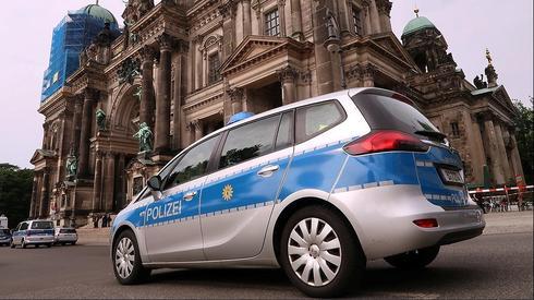 משטרה ליד קתדרלת ברלין