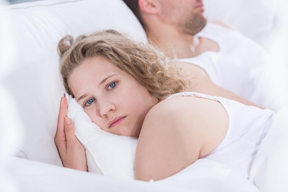 אישה שוכבת לצד בן זוגה