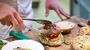 כך תכינו המבורגר של שף בבית