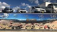 צלבי קרס רוססו על קיר בחוף ים ב סידני אוסטרליה