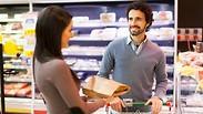 קופאית ולקוח בסופרמרקט אילוסטרציה