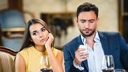 אישה מאוכזבת מבן זוגה אילוסטרציה
