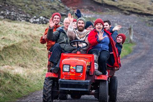 תיירים מתנדבים בעבודות תחזוקה איי פארו