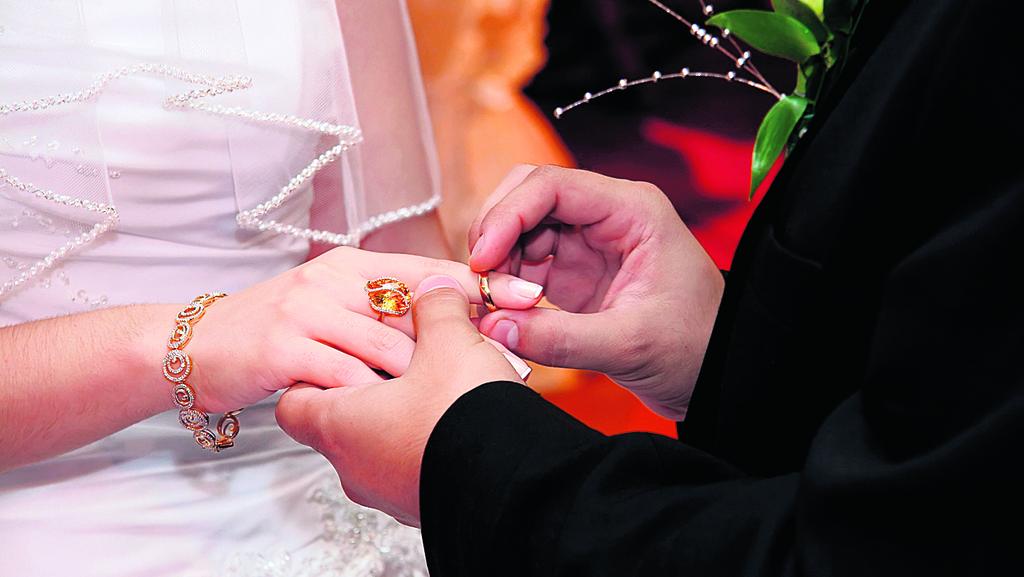 אילוסטרציה של ענידת טבעת