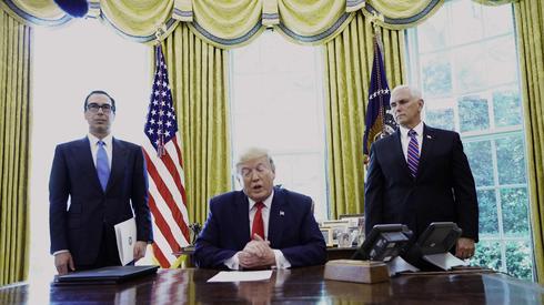 """נשיא ארה""""ב דונלד טראמפ חותם צו סנקציות חדשות על איראן טהרן"""