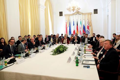 El enviado iraní Abbas Arkady en una reunión de emergencia sobre el acuerdo nuclear de Viena