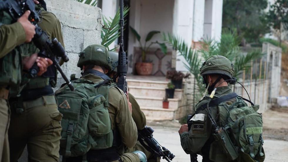 """לוחמי צה""""ל יחד עם שב״כ ומשטרת ישראל ממשיכים במצוד אחר המחבלים"""