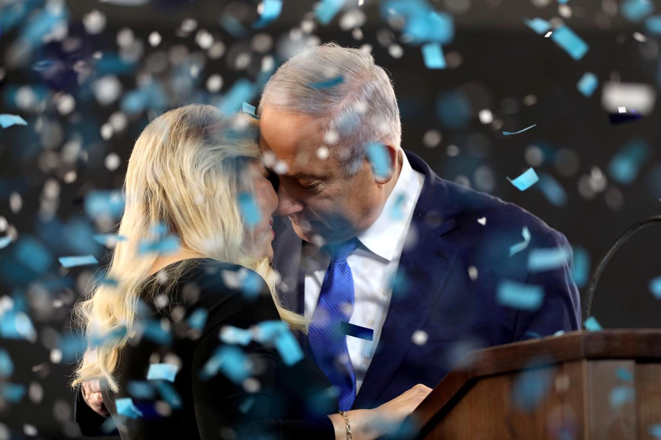 תמונות השנה EPA  2019 בנימין נתניהו שרה נתניהו חיבוק נשיקה ליל בחירות אפריל