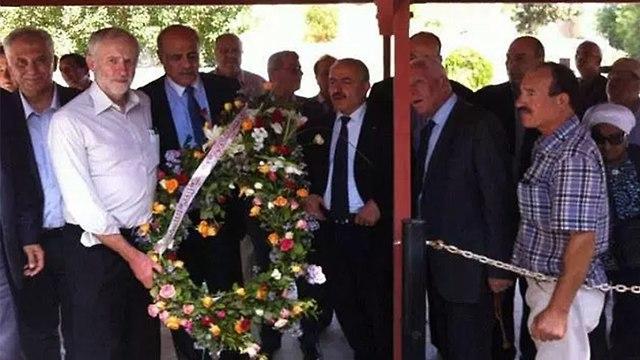 Jeremy Corbyn sostiene una corona de flores en la tumba de Túnez de Atef Bseiso, quien ayudó a planificar la masacre de 11 atletas israelíes en los Juegos Olímpicos de Munich de 1972.