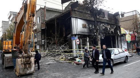 איראן מהומות טהרן סניף בנק שרוף