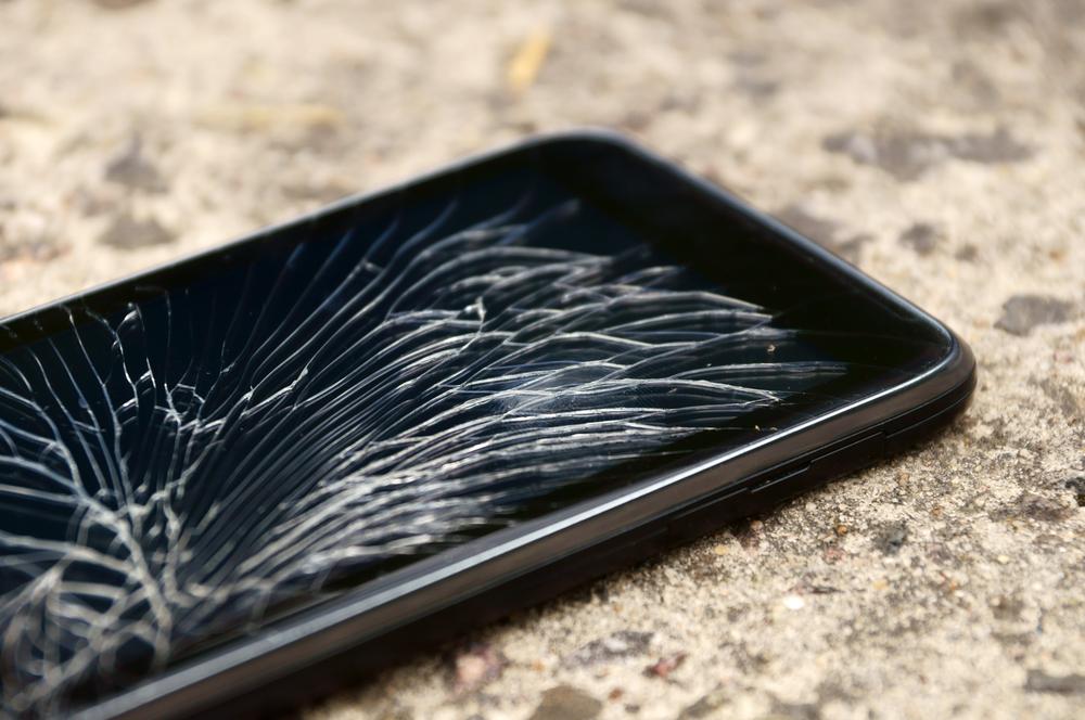 סמארטפון עם מסך שנשבר