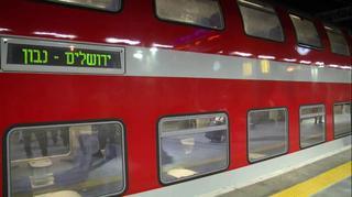 נוסעים מתרגשים לקראת הנסיעה הראשונה של הרכבת בקו תל אביב- ירושלים