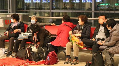 """תיירים דרום קוריאנים בנתב""""ג"""
