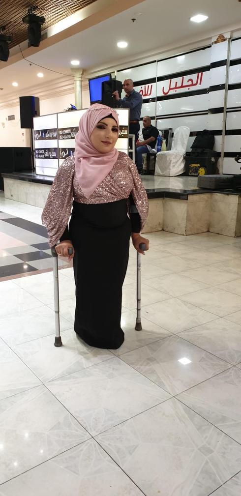 אחלאם בשאראט, אשה נמוכת קומה