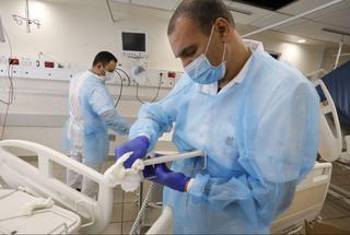 """Отделение для больных коронавирусом в больнице """"Ихилов"""", Тель-Авив. Фото: Шауль Голан"""