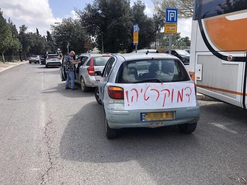 שיירת רכבים יצאה הבוקר לירושלים במחאה על הניסיונות לחיסול הדמוקרטיה הישראלית. משטרת ישראל עוצרת את הנהגים ומחלקת קנסות