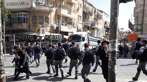פשיטה של המשטרה במאה שערים כנגד תושבים שמפרים את הנחיות משרד הבריאות