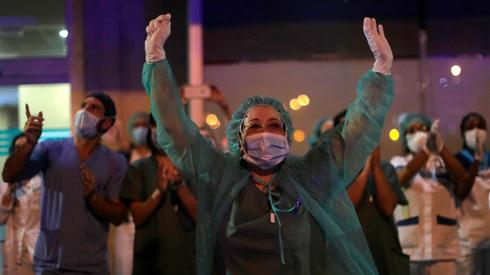 ספרד מדריד רופאים מגיבים ל מחיאות כפיים של אזרחים נגיף קורונה