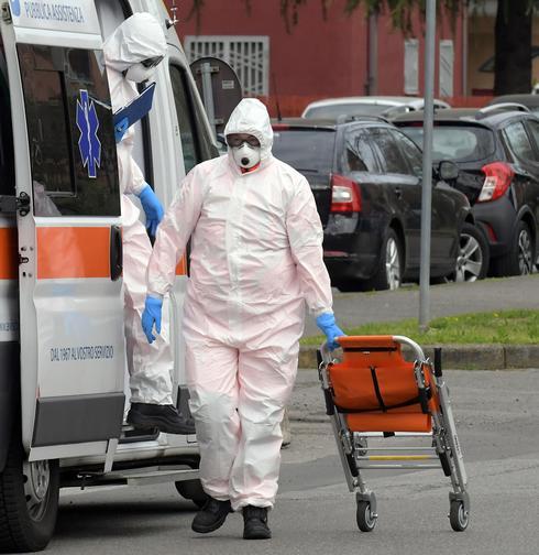 Сотрудник Службы скорой помощи в Италии. Фото: EPA
