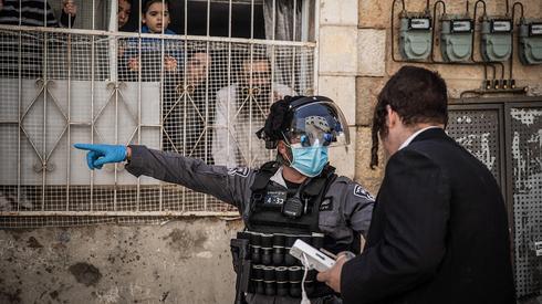 שוטרת מדברת עם חרדי ב מאה שערים ירושלים