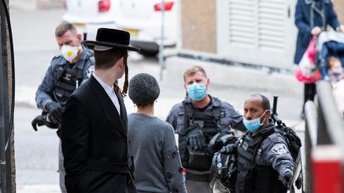 """חיילי צה""""ל עוזרים למשטרה באכיפת הנחיות משרד הבריאות בצל התפשטות הקורונה"""