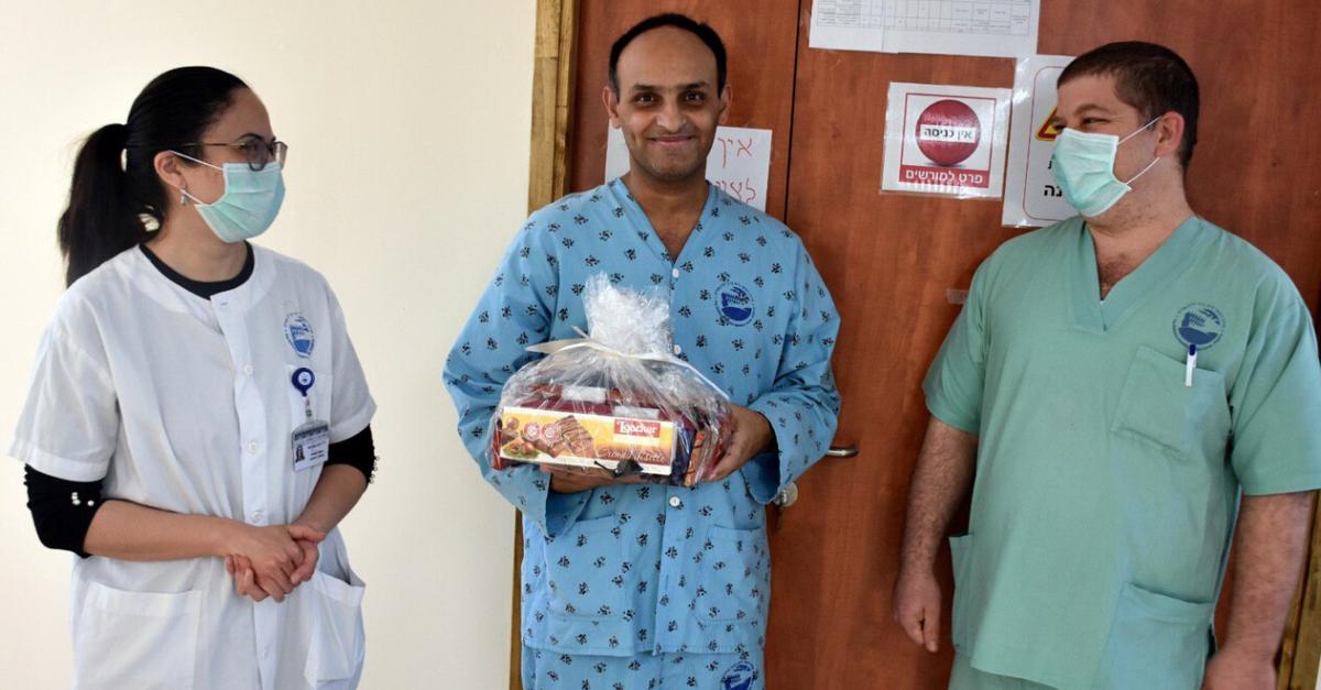 """Выздоровевший от коронавируса Джонни и медики больницы """"Пория"""". Фото: Майя Цабан, пресс-служба больницы"""