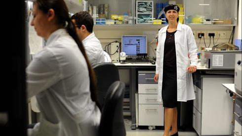 פרופ' שולמית לבנברג במעבדה