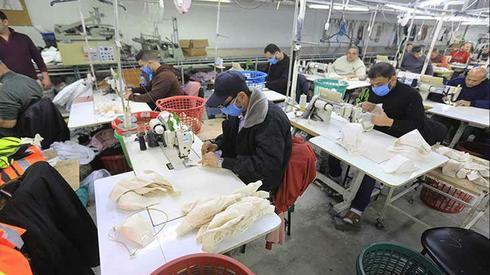 המפעל העזתי שמייצר מסכות הגנה מקורונה לישראל