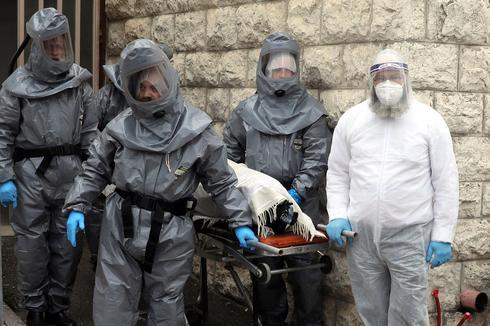 Вывоз тела умершего в Иерусалиме. Фото: AP