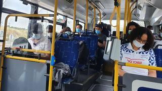 אנשים בתחבורה ציבורית בצל הקורונה