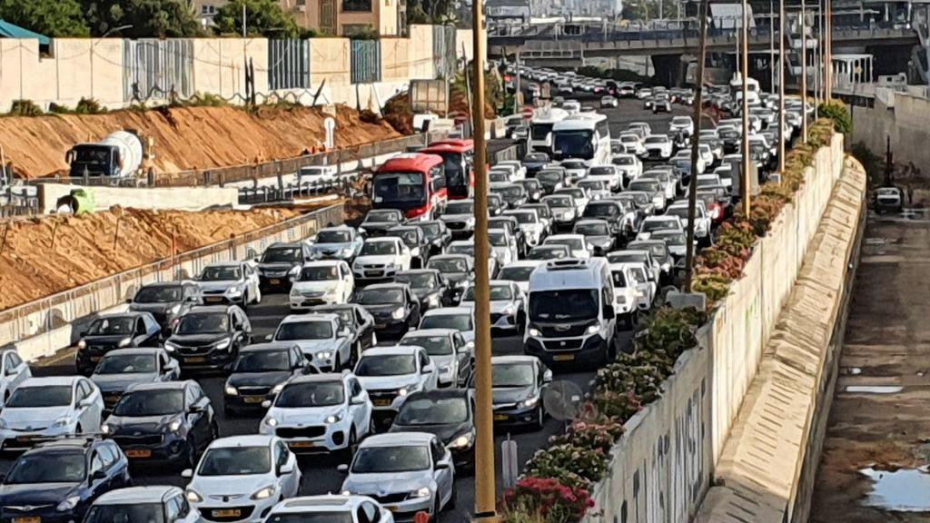 חזרה לשגרה בכבישים: לאחר ההקלות של משרד הבריאות- עומסים כבדים בנתיבי איילון